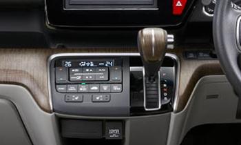 ステップワゴンのアイボリー内装選択時、木目調シフトノブになる。
