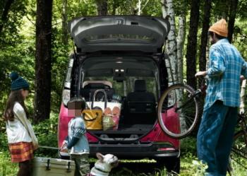 タンクに乗って家族でピクニックの風景。