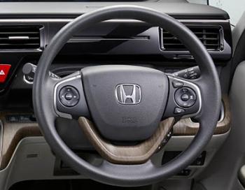ステップワゴンのアイボリー内装選択時、木目調(ホーンボタン下)ステアリングになる。